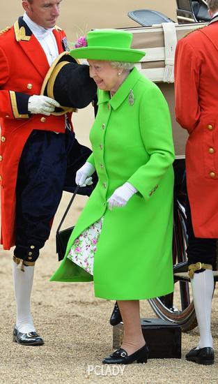 英女王穿了荧光绿