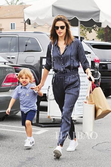 Alessandra Ambrosio与儿子外出