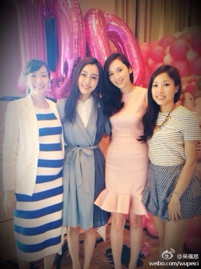 吴佩慈在宝宝百日宴上和朋友的合照