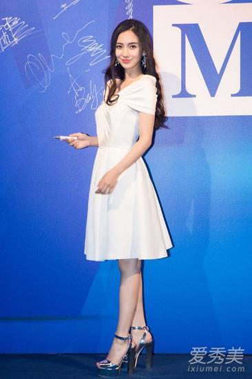 baby穿白裙亮相
