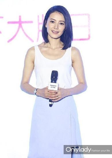 高圆圆穿白色背心+浅蓝半身裙参加活动
