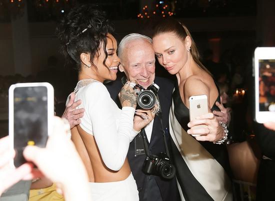 2014年的Met Gala上,Bill成为众人争相合影的焦点