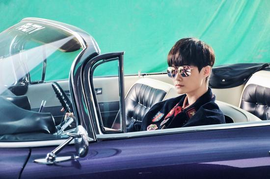 李宇春穿Gucci拍摄《燃烧吧少年!》海报