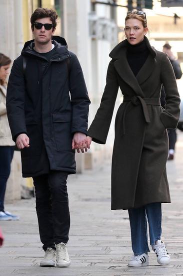 和男友牵手手压个马路