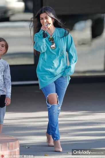 女明星穿大T恤配牛仔裤