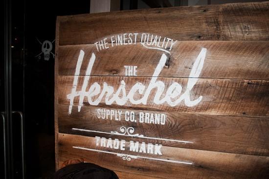 Herschel在欧美尤其是背包族和大学校园里,人气很高