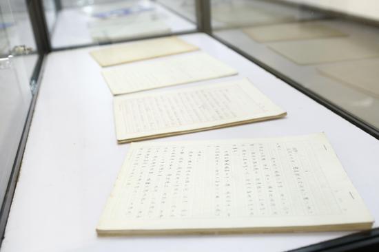 北岛展示几十年前的珍贵手稿