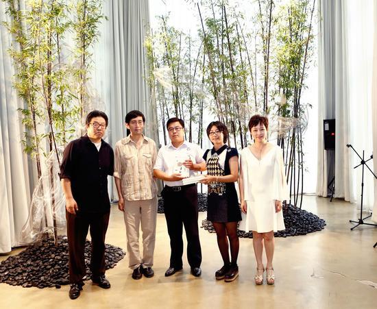斑马谷的联合股东萧大忠先生和施天音女士与北岛一起向冰心奖儿童图书馆与北京市蒲公英农民工子弟学校捐赠书籍1000册