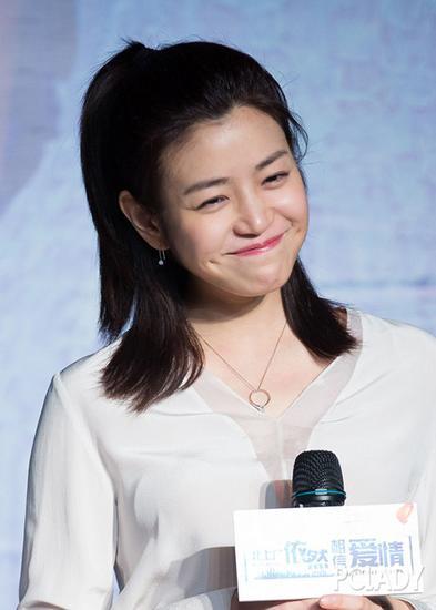 公主式的半扎发 陈妍希陈晓湿身秀恩爱 你离女神只有一款长刘海的差距