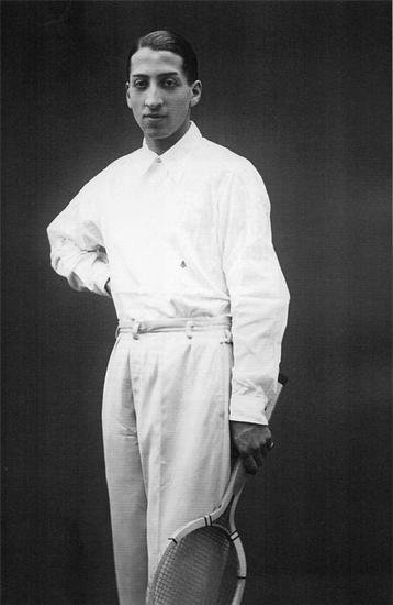 1927年,RenéLacoste本人身着早期长袖马球衬衫