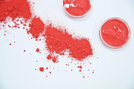 问题3  YSL圣罗兰圆管唇膏是怎样完成制作的?   首先,在一间安全的房间,YSL圣罗兰实验室的专家首先将精确测量过的颜料注入水晶般纯净的基底中,创造出YSL圆管唇膏每种色彩的膏状物。然后混合每款YSL圆管唇膏的色彩,这种膏状物组成了色相。   色相基底由含60%以上精油、透明晶蜡、烛木蜡组成,而色相静置于其核心。这些成分均经过精心挑选,在纯净度、透明度和感官体验上都独胜一筹。在流程的最后阶段加入晶莹微珍珠粒和石榴萃取物。在90-100C的温度下,不断混合基底物,以达到理想的密度。
