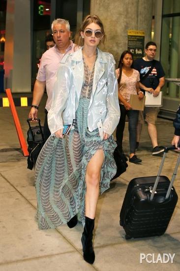 Gigi Hadid穿高开叉街拍