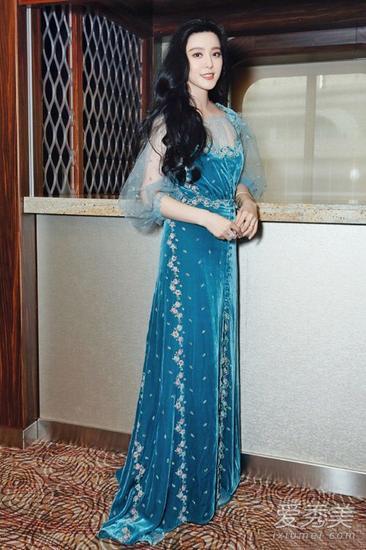 范冰冰穿蓝色刺绣长裙