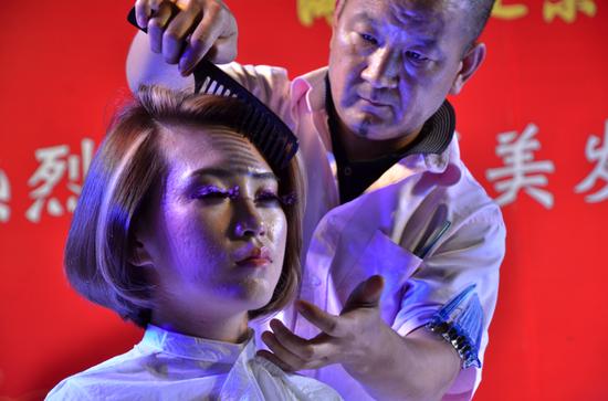 在这场万众瞩目的发型艺术的饕餮盛宴中庆祝四联美发成立六十周年图片