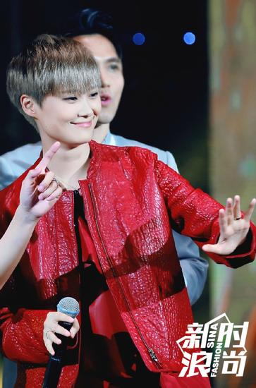 李宇春穿红色夹克,看得出也在很认真的在过冬