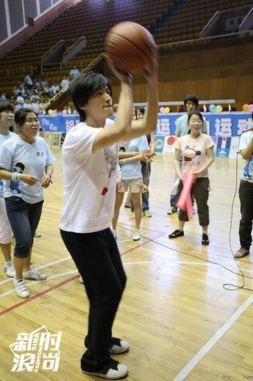胡歌也爱打篮球