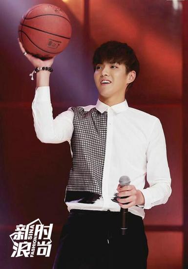 吴亦凡出席活动也不忘打打篮球