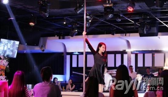 在剧中,戚薇大胆挑战钢管舞,火辣性感。