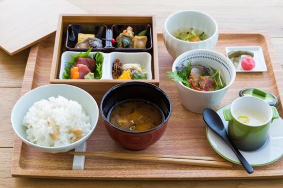 """面筋、豆腐皮卷等拿手料理大集合的特色午餐""""紬"""""""