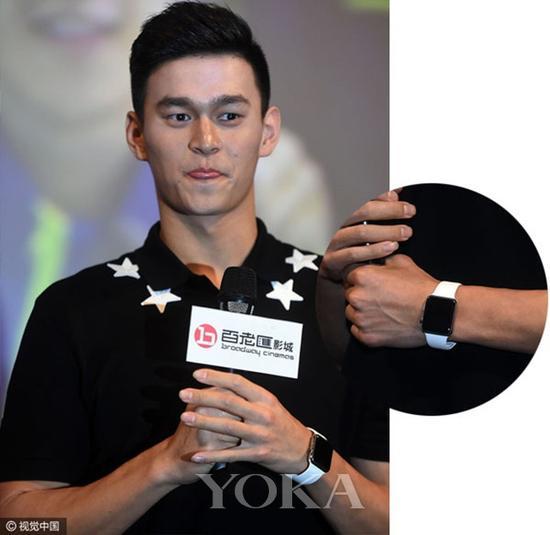 还有一款年轻人都喜欢的Applewatch,孙杨也经常佩戴,白色橡胶表带运动感十足。