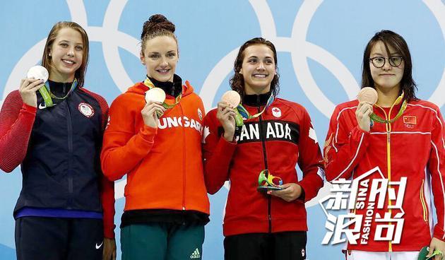 女子100米仰泳颁奖台