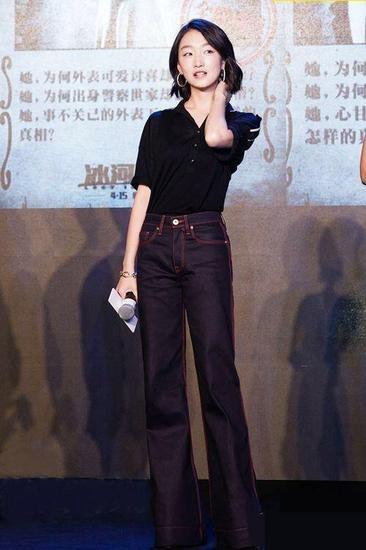 牛仔裤也要选择高腰的款式,将上衣扎在裤子里,身材比例完美展现,完全看不出来她很矮。