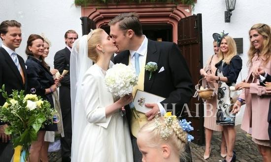 马克西米利王子 ( Prince Maximilian) 与新娘亲吻