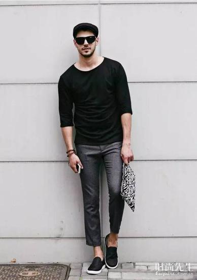 T恤搭配上九分裤,充满着干净的利落感。整体着装看起来时髦又很前卫。街拍中的时尚人士也会让你受益匪浅