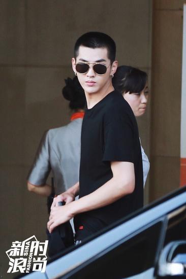 吴亦凡穿黑色T恤亮相街头