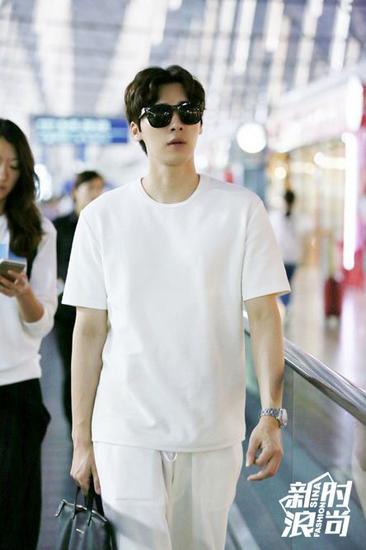 李易峰穿白色大T恤街拍