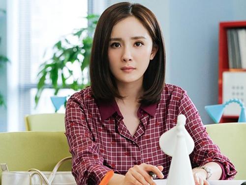 翻译官时杨幂已经找到了最适合自己的LOB发 妆容也明显有了暗影的加入