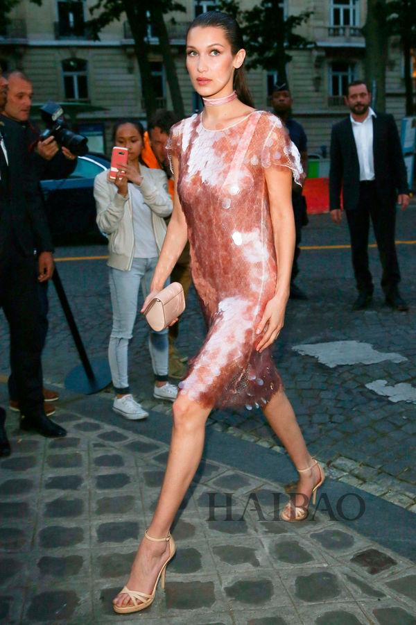 贝拉·哈迪德 (Bella Hadid) 穿纪梵希 (Givenchy) 连衣裙离开Vogue Foundation Gala