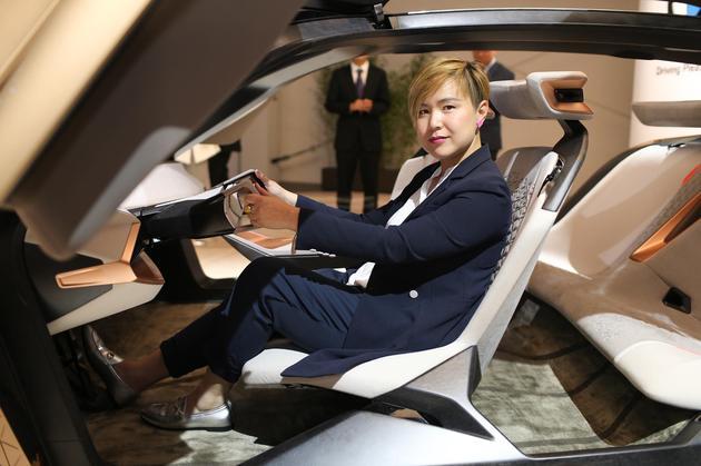 05-曹斐女士体验BMW VISION NEXT 100概念车