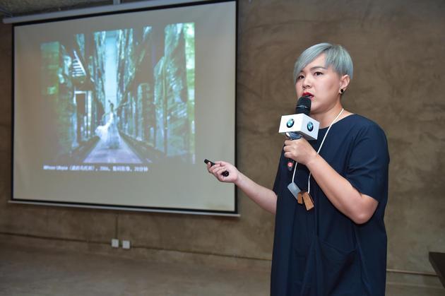 02-中国青年艺术家曹斐女士分享第18辆宝马艺术车的设计理念