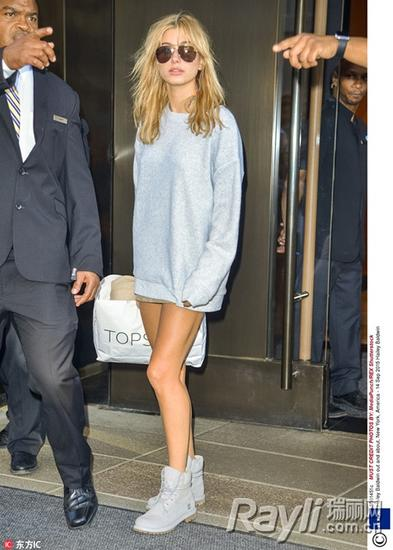 海莉-鲍德温灰色运动卫衣+黑超潮感十足 高帮运动鞋狂秀美腿吸睛