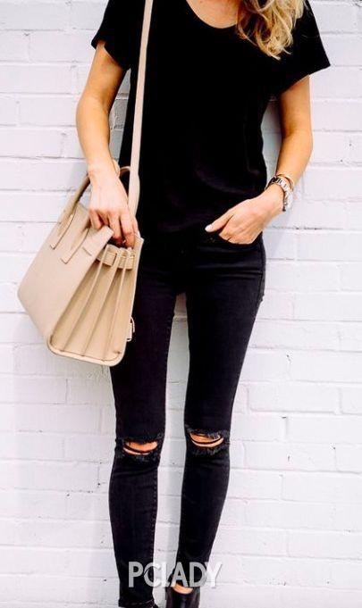 用宽松的黑T搭配修身款牛仔裤-珠宝来搭 路人甲的纯色T也能穿出大咖