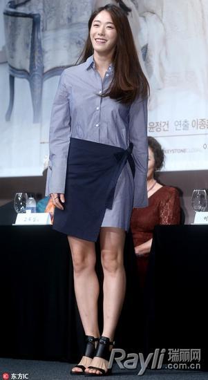 李宥利裙装配衬衫