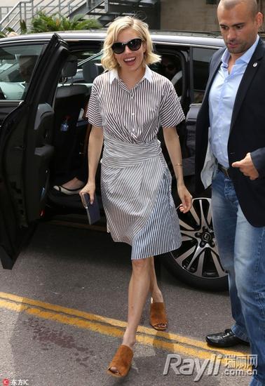 西耶那-米勒的条纹衬衫配条纹裙