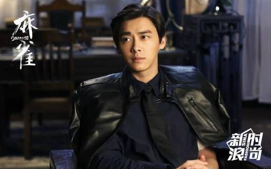 李易峰身披黑色皮衣