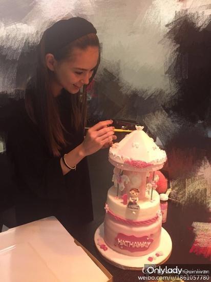 還親手做女兒做了一個愛心蛋糕