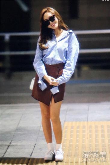 郑秀妍穿浅蓝色条纹衬衫