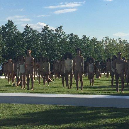 秀场布置上中心区域由一群穿着紧身衣的模特像是行为艺术