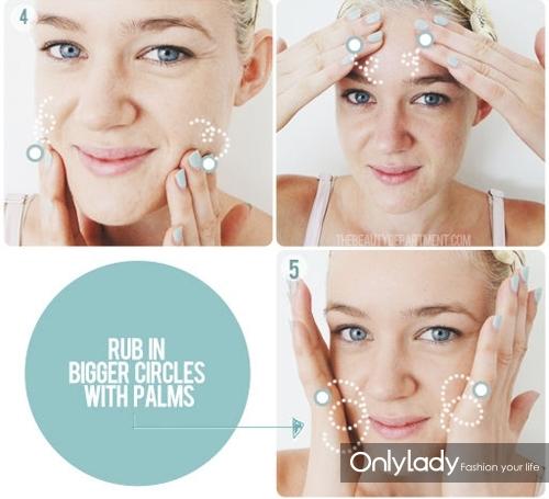 开始以打圈的方式将去角质凝露分别涂在脸颊、下巴、鼻子周围以及上唇和额头处