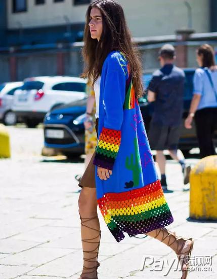 这种彩虹撞色条纹出现在袖口或者衣服下摆有种点睛的作用~