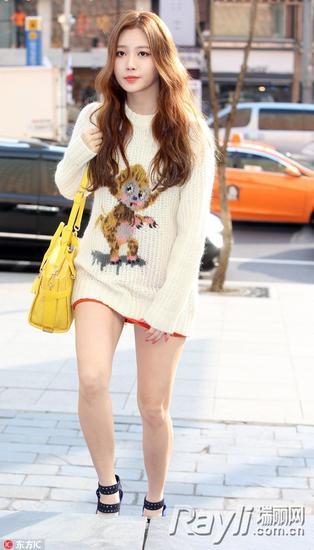 针织衫加上小猴子也是俏皮又时尚
