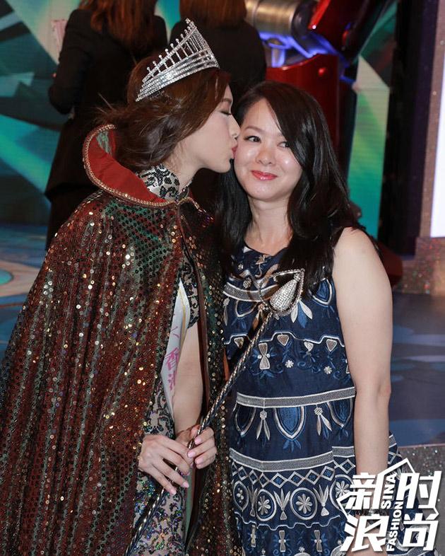 冯盈盈夺冠后与亲吻母亲