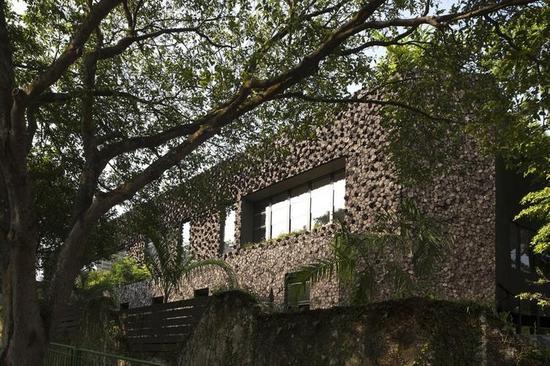 由圆木堆砌而成的建筑外墙(来源:gooood)