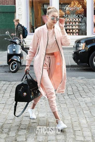 gigi的这套淡粉色运动套装,柔和甜美