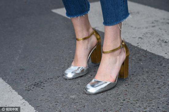 拼接款式的粗跟鞋别致有型