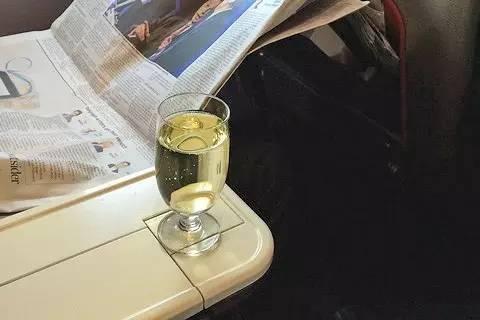 维珍航空高端经济舱乘客可以随便享用机上所有酒水饮料
